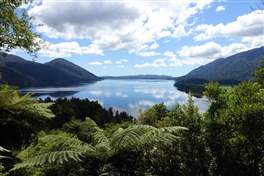 Kaniere Lake Walkway: scenic view point on the Kaniere lake